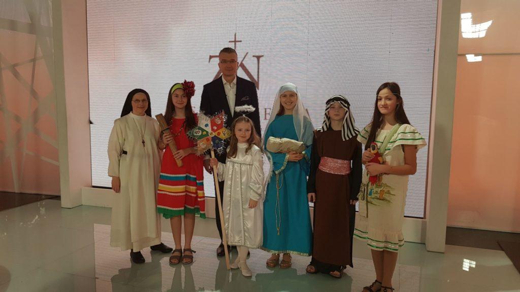 Kolędnicy misyjny z naszą siostra w TVP – Między ziemią a niebem.